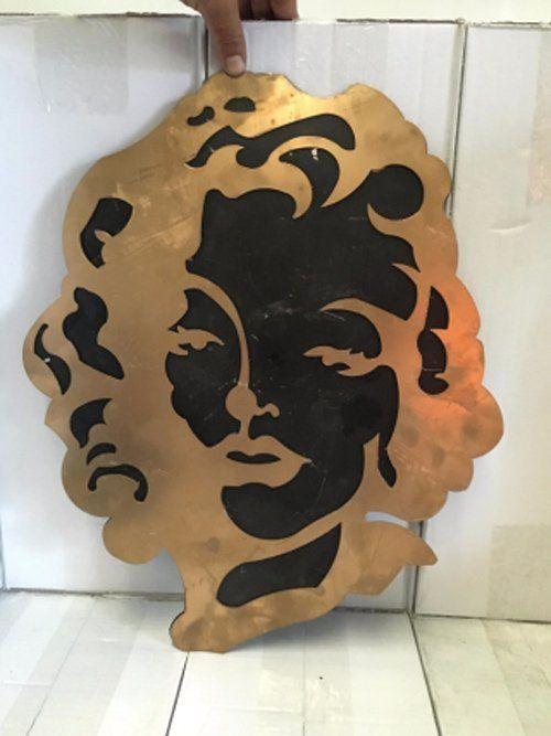 immagine di un viso su una lamiera di alluminio