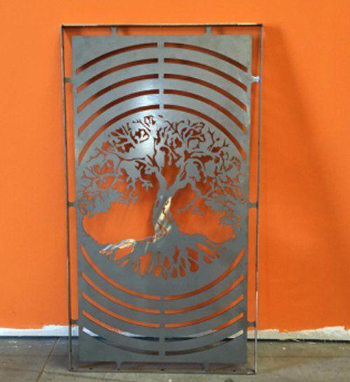 porta in lamiera con scultura di un albero