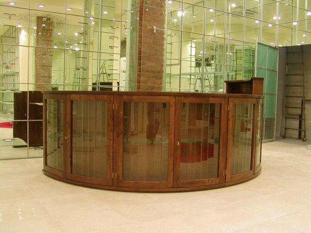 Bancone In Legno Per Negozio : Mobili per negozi genova falegnameria cirigliano