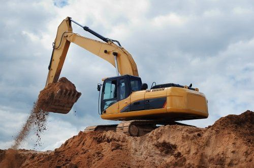 Macchina scavatrice caricando la terra