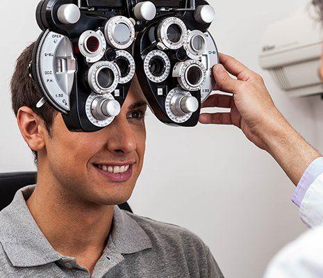 un ragazzo riceve una visita oftalmologica