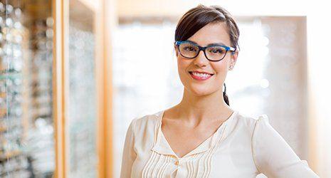 una ragazza con degli occhiali da vista blu