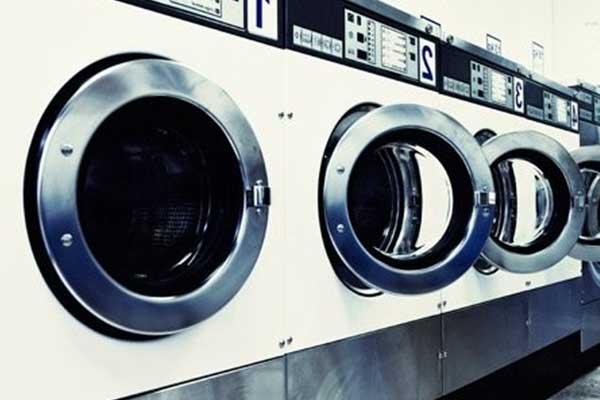 serie di lavatrici all'interno della lavanderia