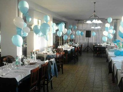 tavoli apparecchiati con palloncini bianchi e azzurri
