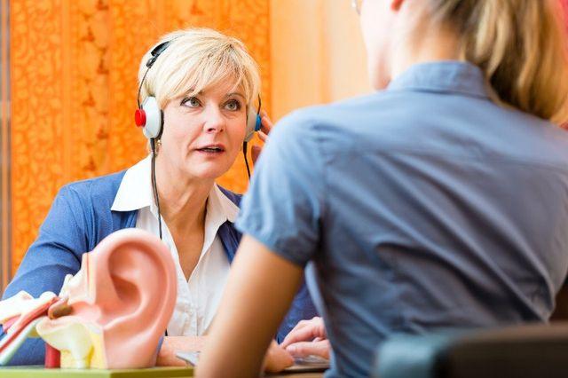 Donna effettua un controllo dell'udito
