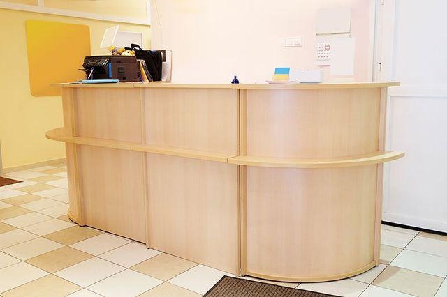 un bancone di legno di color beige di un reception