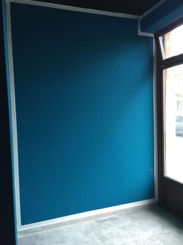 Parete interna decorata in blu, stile minimal