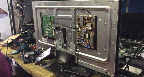 una tv vista dal dietro disassemblato con componenti elettronici visibili-Milano