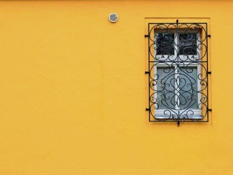 una griglia davanti a una finestra