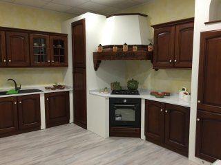 cucina con mobili in legno di rovere e granito