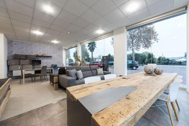 esposizione di mobili da salotto dallo stile moderno