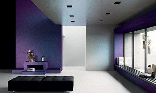 due punti neri una stanza con pareti bianche e viola