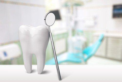 dente con specchietto del dentista