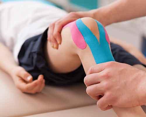 bambino durante seduta di fisioterapia