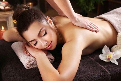 due mani che massaggiano la schiena di una ragazza