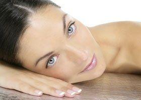 giovane donna carina posa su un letto di massaggio in un centro benessere
