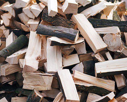 Pila di legna tagliata e pronta da ardere