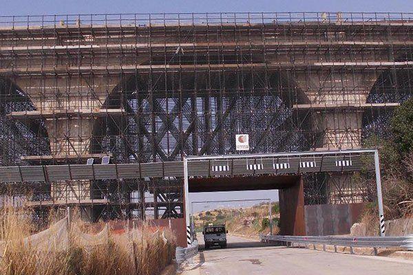 vista da lontano di un impalcatura in legno vicino a un ponte