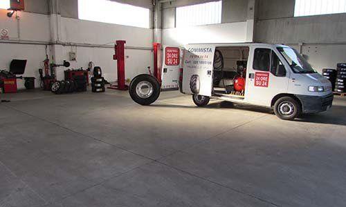 un furgone bianco in un officina di pneumatici