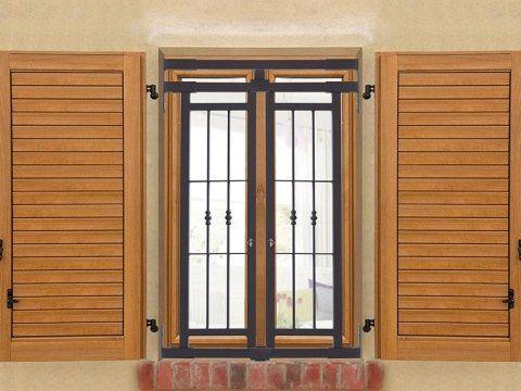 finestra con persiane in legno e inferriata