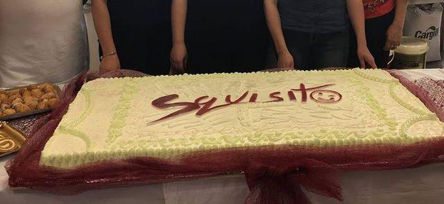 Torta gigante con il nome del business