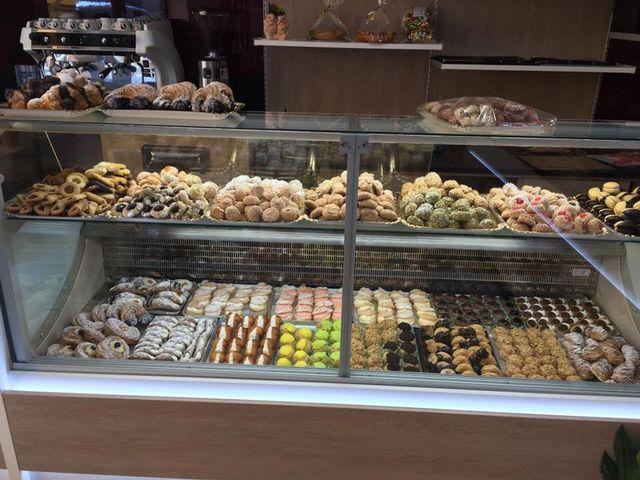 banco pieno di dolci e pasticcini