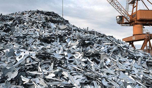 montagna di rottami in ferro all'interno della discarica