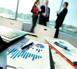 Grafi sul tavolo e una riunione d'affari a Potenza