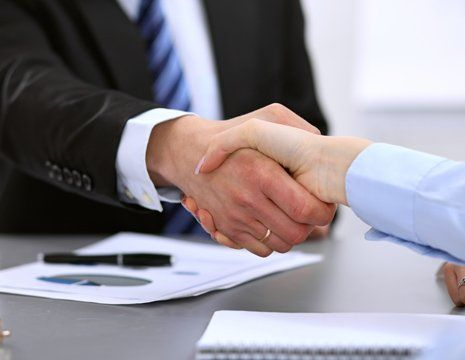 Stretta di mano tra il cliente e consulente
