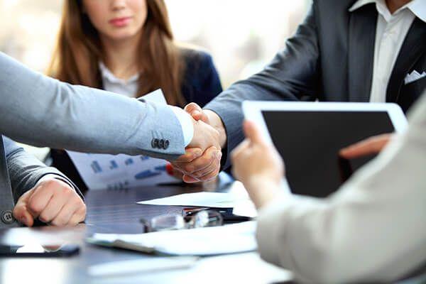 stretta di mano tra consulente e cliente