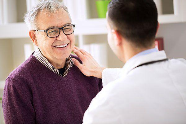 Sorride felice paziente anziano medico visita