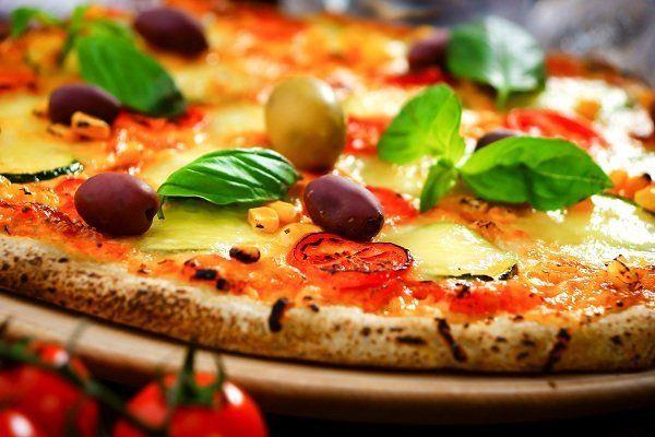 Pizza con zucchini e olive