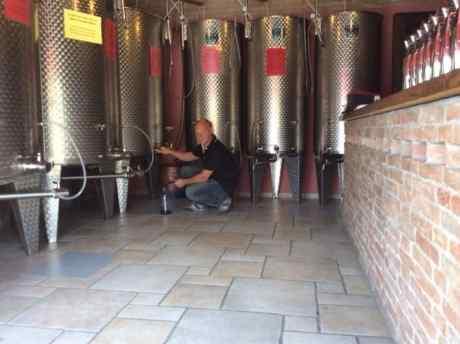 uomo che spina vino