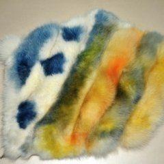 un pelo di una pelliccia color lilla e azzurro