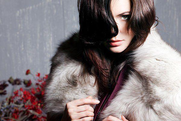 una ragazza che indossa una pelliccia bianca