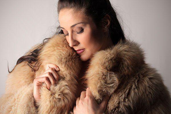 una donna con una pelliccia beige
