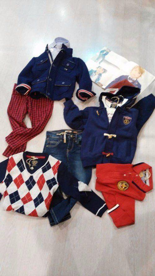 dell'abbigliamento per bambini