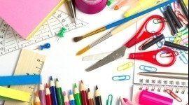 tavolo con matite, forbici e pennelli