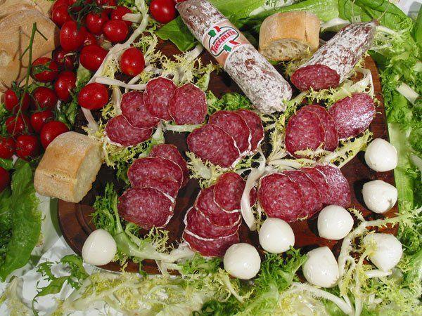 Salame nostrano con un bicchiere di vino rosso ad Ancona