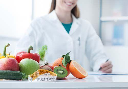 frutta su un tavolo bianco