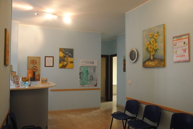 una stanza con un lettino d'ospedale e sulla destra una scrivania