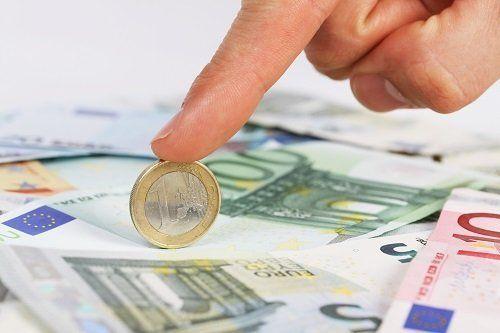 indice che si appoggia su una moneta di un euro
