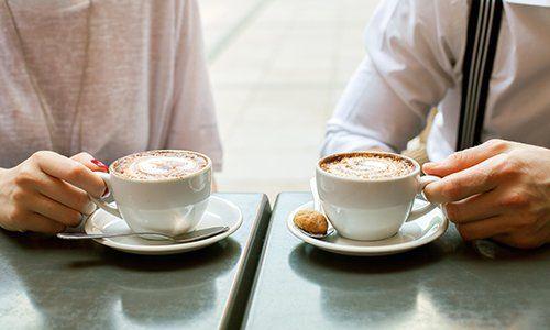 una coppia con due tazze di cappuccino