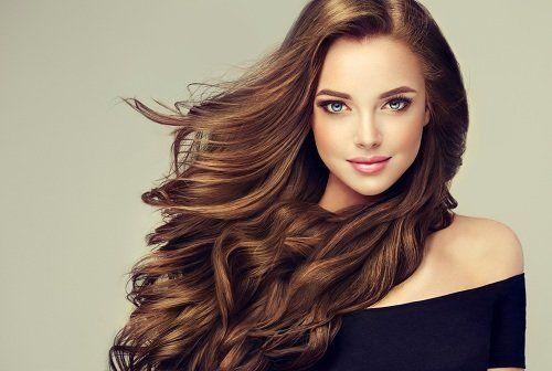 Modella con capelli castani lunghi mossi