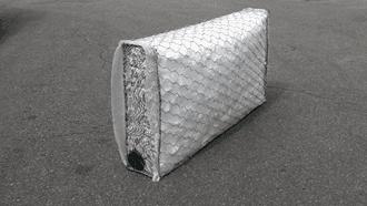 delle reti metalliche ricoperte da plastica e una scavatrice