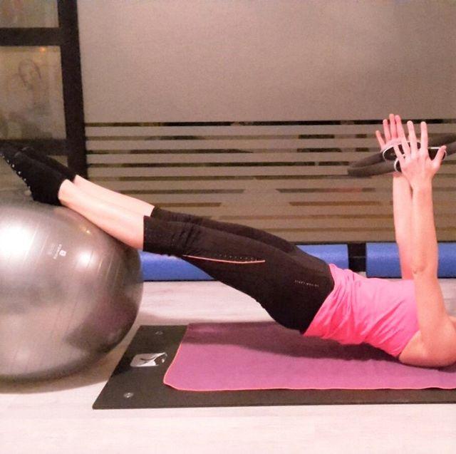Giovane donna mentre esegue esercizio di pilates
