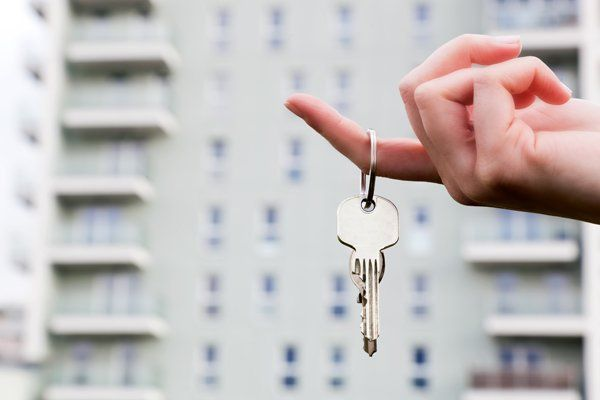 agente consegna chiavi di una nuova casa