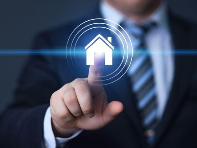 consulente immobiliare con disegno di un'abitazione