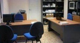 Ufficio con scrivanie e sedie blu