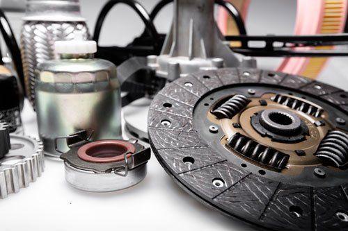 una lavorazione in metallo a forma circolare, un ingranaggio e altri oggetti